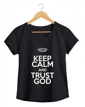 Keep Calm and Trust God - Camiseta Feminina Preta em Malha Algodão